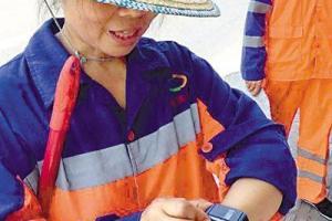 重庆环卫工戴智能手环:监测健康一键呼救(图)